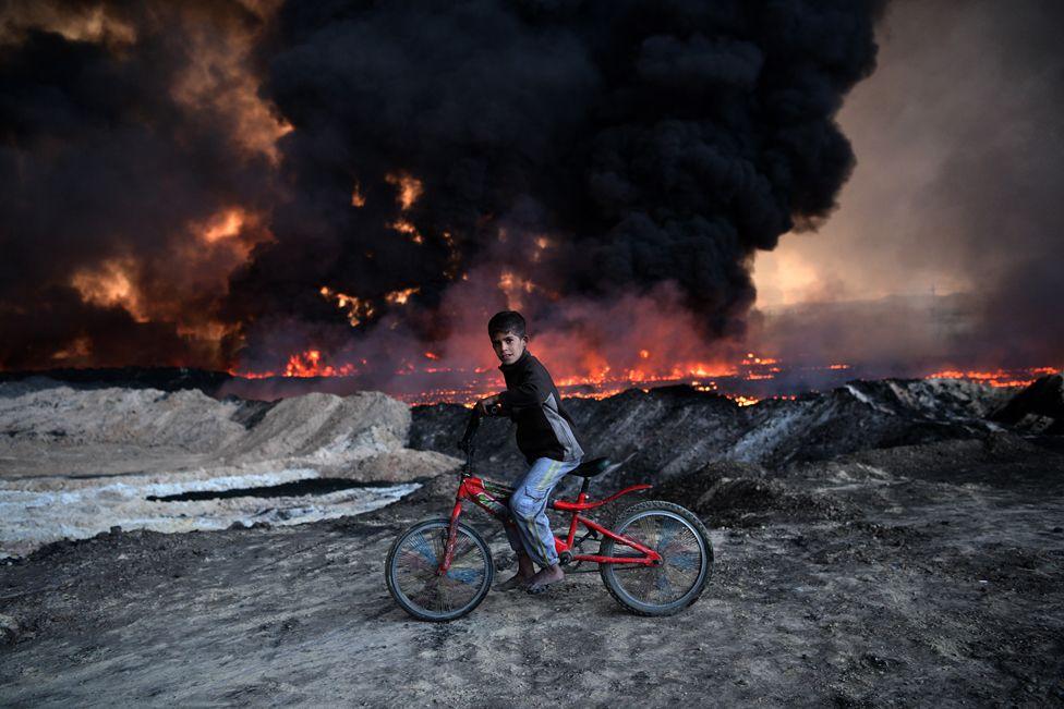 10. Подожженные ИГИЛ нефтяные месторождения возле Мосула. Небо потемнело от горящей нефти, придав этому месту поистине апокалиптический вид.