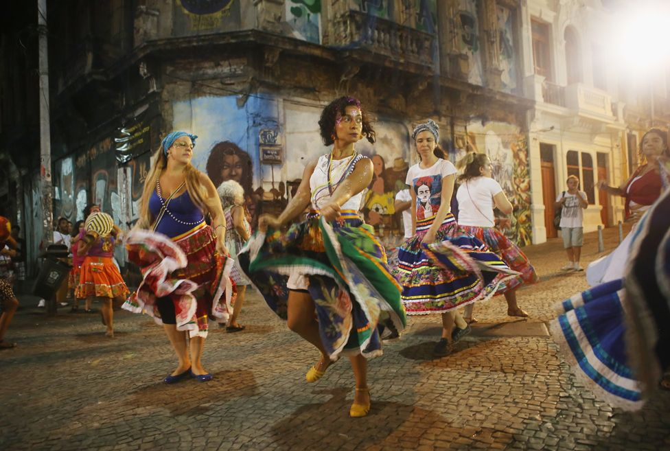 4. Апрель. В преддверии Олимпийских игр в Рио, Бразилия страдает от политических потрясений. Демонстранты требуют отставки президента Дилмы Русеф, другие напротив, поддерживают правителя.