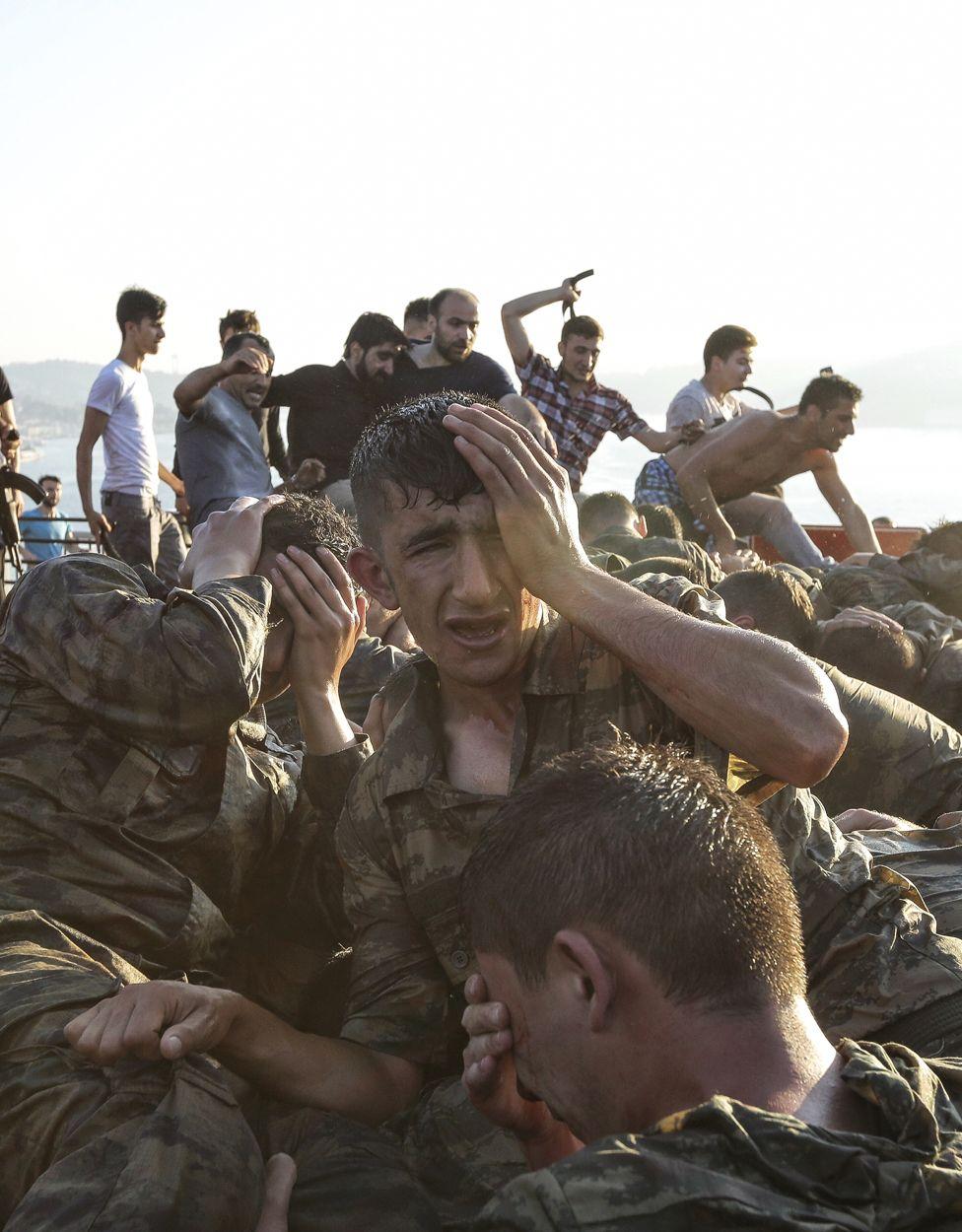 7. Июль. Утро после неудачной попытки государственного переворота в Турции. На фото – избиение солдат, которые участвовали в попытке свергнуть президента Эрдогана.