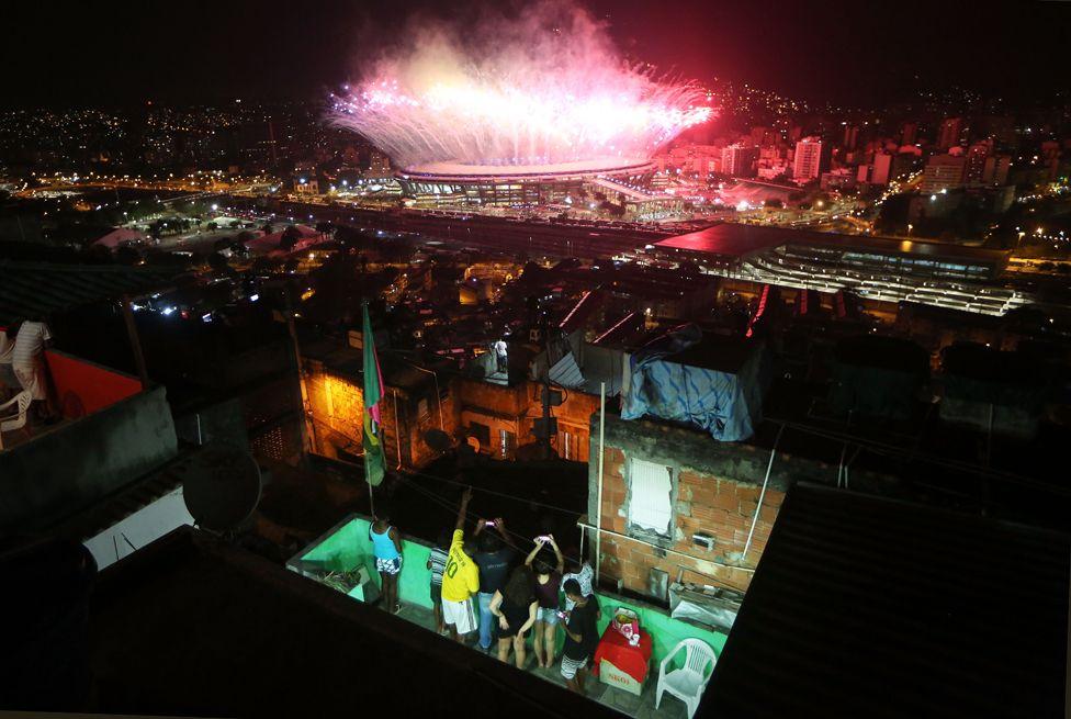 8. Август. Олимпийские игры в Рио. На фото сияющий стадион Маракана на фоне бедных кварталов Рио.