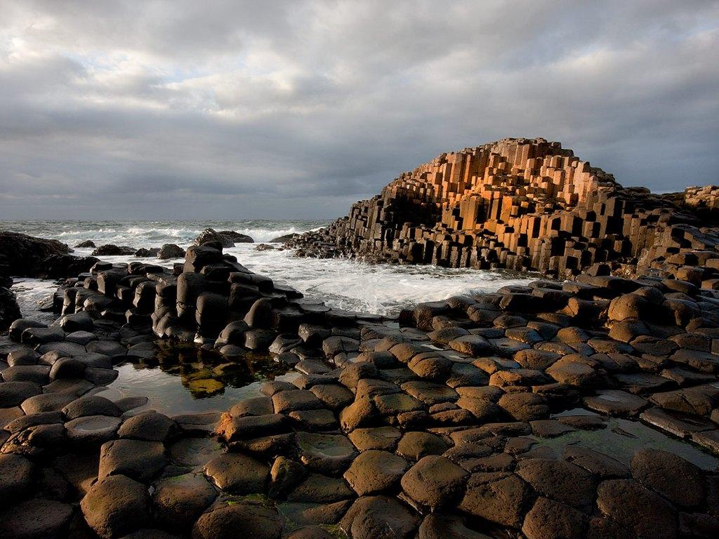 19. Дорога гігантів в Північній Ірландії. Тисячі базальтових стовпів, щільно прилеглих один до одного, що виникли після давнього виверження вулкана.