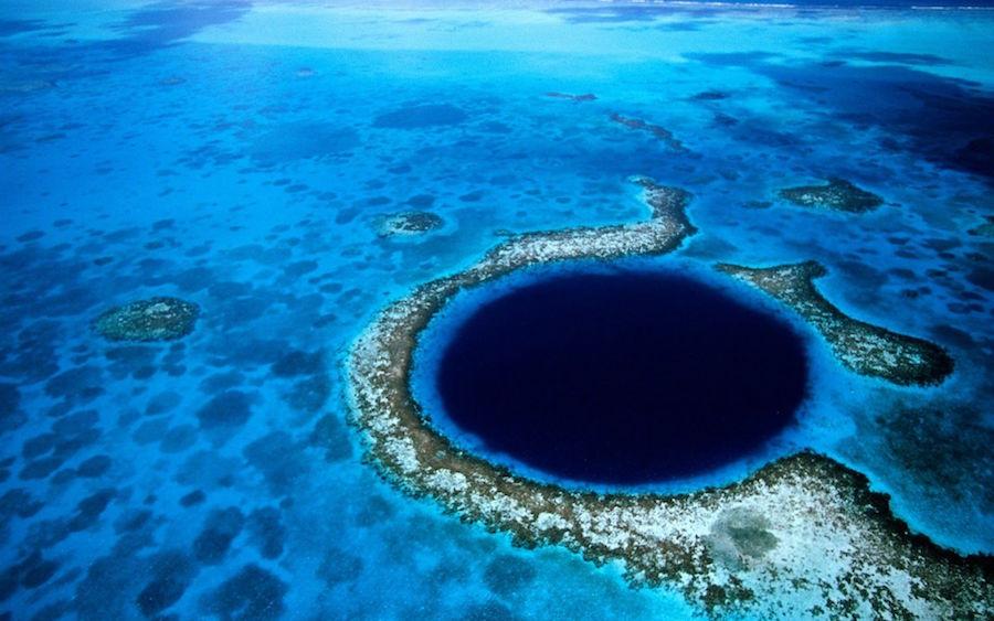 9. Велика блакитна діра. Кругла воронка правильної форми на дні океану, розташована на території держави Беліз.