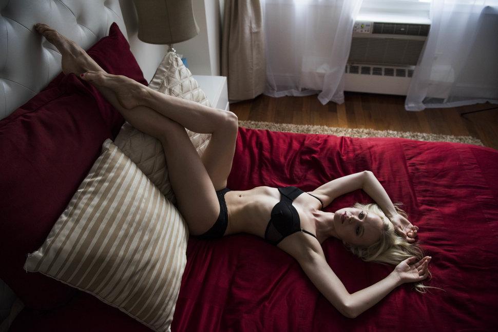 1. Элина Миеттинен родилась в России, прожила большую часть жизни в Финляндии и в настоящее время проживает со своим мужем в однокомнатной квартире на Манхэттене.