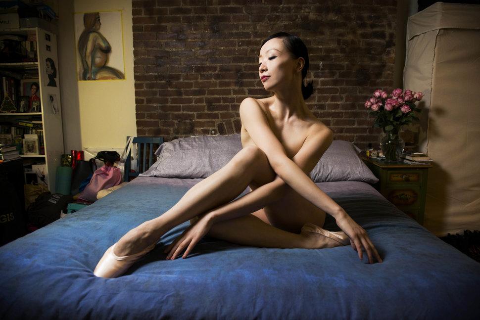 5. Зонгжинг Фанг из Шанхая живет в студии в Манхэттене и танцует в Американском театре балета.