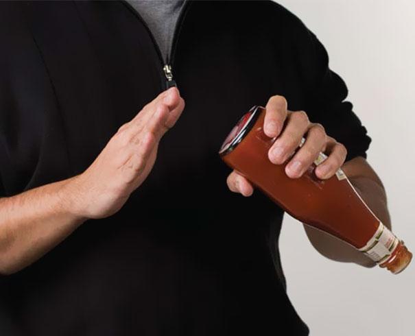 13. Когда мы добавляем кетчуп, мы похлопываем по дну бутылки. Креативный дизайнер решил поместить на дно изображение женских попок. И одну мужскую.