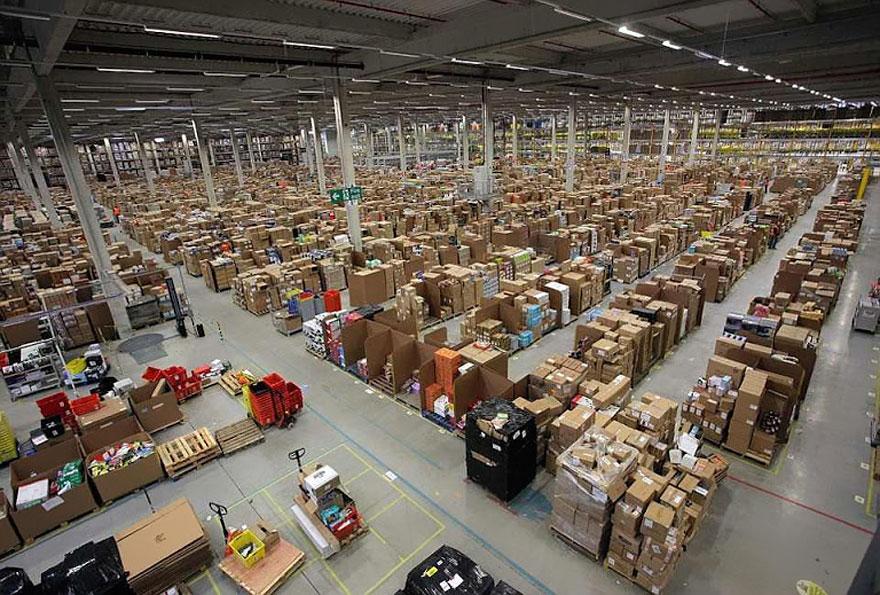 1. Рядовой покупатель редко получает возможность заглянуть на склад, куда поступает его заказ, сортируется, развозится по стеллажам, упаковывается и отправляется по адресу.