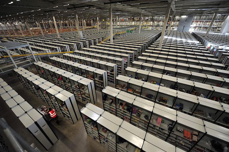 3. Так в 2010 году было продано 13 миллионов товаров за 24 часа, а в 2011 – 17 миллионов. И всю эту гору товаров разбирают люди, а не роботы.