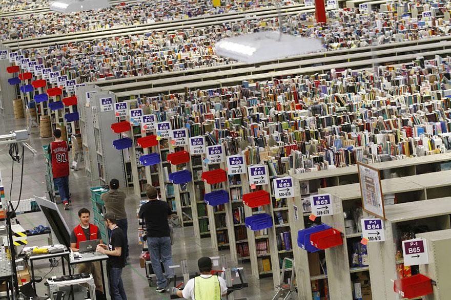 5. Amazon использует так называемую хаотичную систему хранения. Это когда вся продукция разложена в случайном порядке и нет каких-то отдельных отделов склада под книги, электронику, одежду. Каждому товару присваивается штрих-код и с помощью сканера и рабочей силы производится поиск товаров.