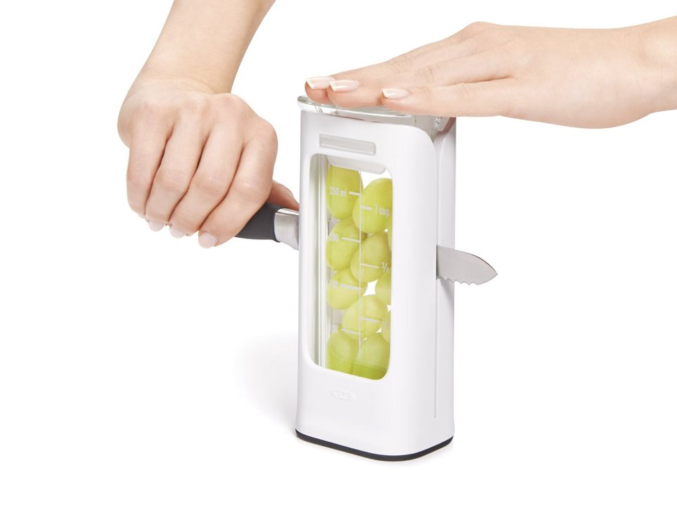 6. Это приспособление предназначено для нарезки винограда и помидоров черри. С одной стороны ножом так быстро ягоды не нарежешь. Но с другой стороны – зачем?