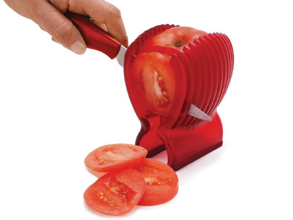 8. Хорошо отточенным ножом резать помидор не так уж и трудно. И нет ничего сложного в использовании двух рук.