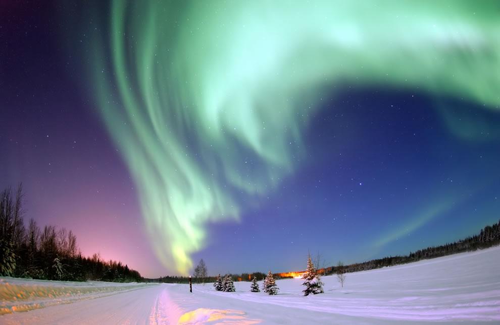 1. Удивительные северные сияния можно наблюдать как в Арктике, так и на прилегающих к северному полюсу территориях. Это северное сияние было снято на Аляске.