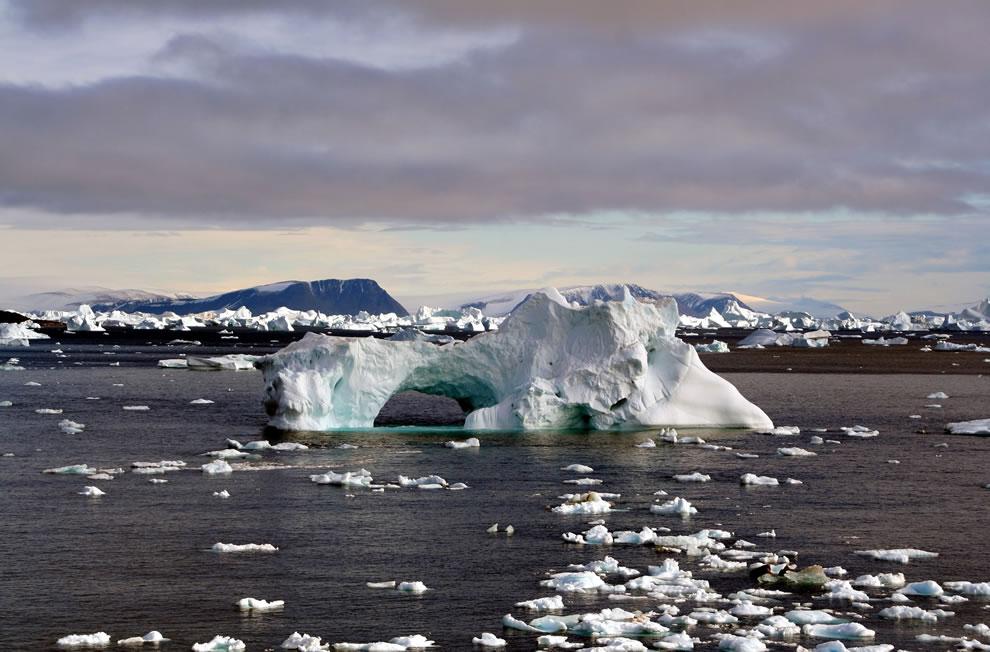 2. Айсберги вокруг мыса Йорк в Гренландии, которая считается частью Северного полярного круга.