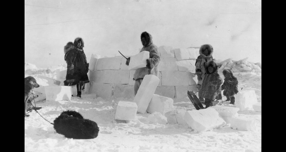 8. Постройка эскимосского иглу в 1924 году.