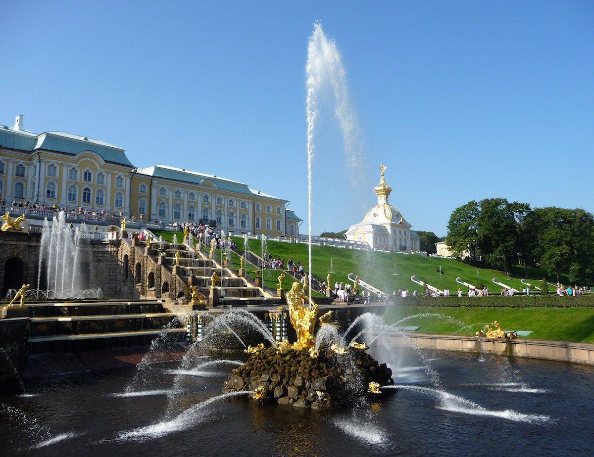 11. Посетите фонтаны Петергофа.