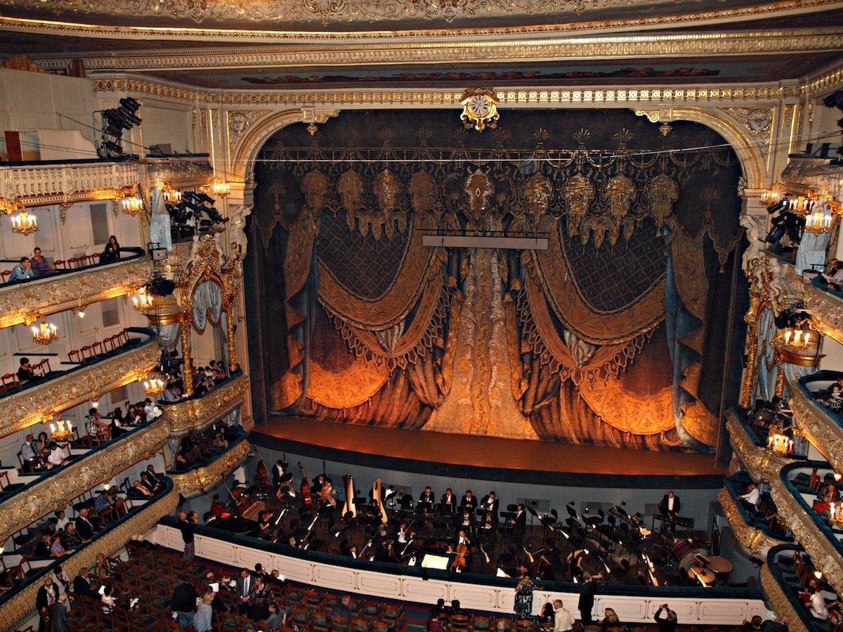 6. Мариинский театр является одним из самых известных театров страны. Он был открыт в 1860 году и до сих пор является одним из лучших мест Европы, где можно насладиться концертом классической музыки или посмотреть выступление балетной труппы. И хотя Мариинский балет гастролирует по всему миру, можно попытать удачу и попытаться попасть на их выступление.