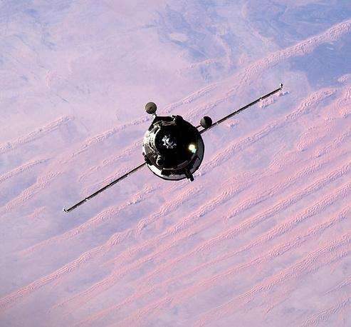 20. Космический корабль Прогресс перед стыковкой с МКС.