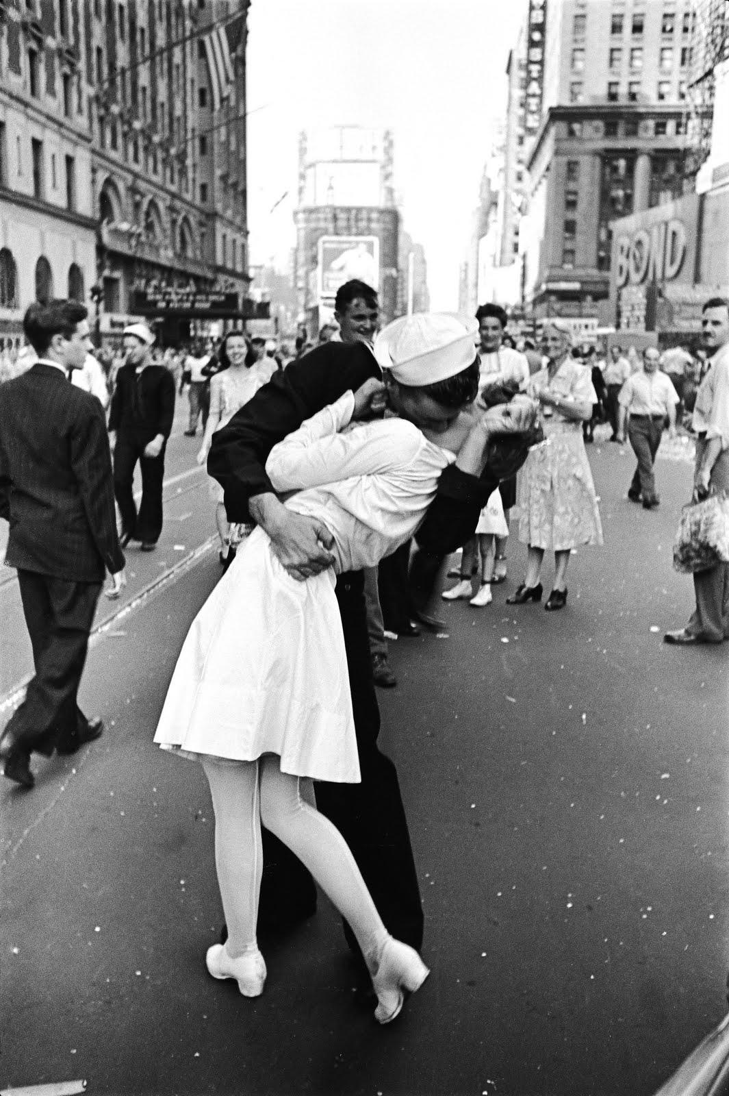 10. День Победы над Японией на Таймс-сквер, Альфред Эйзенштадт, 1945.