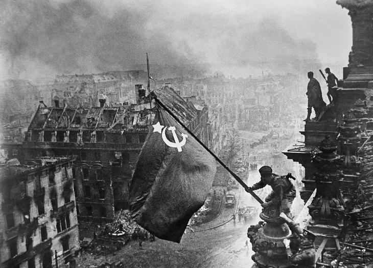 16. Знамя Победы над рейхстагом, Евгений Халдей, 1945.