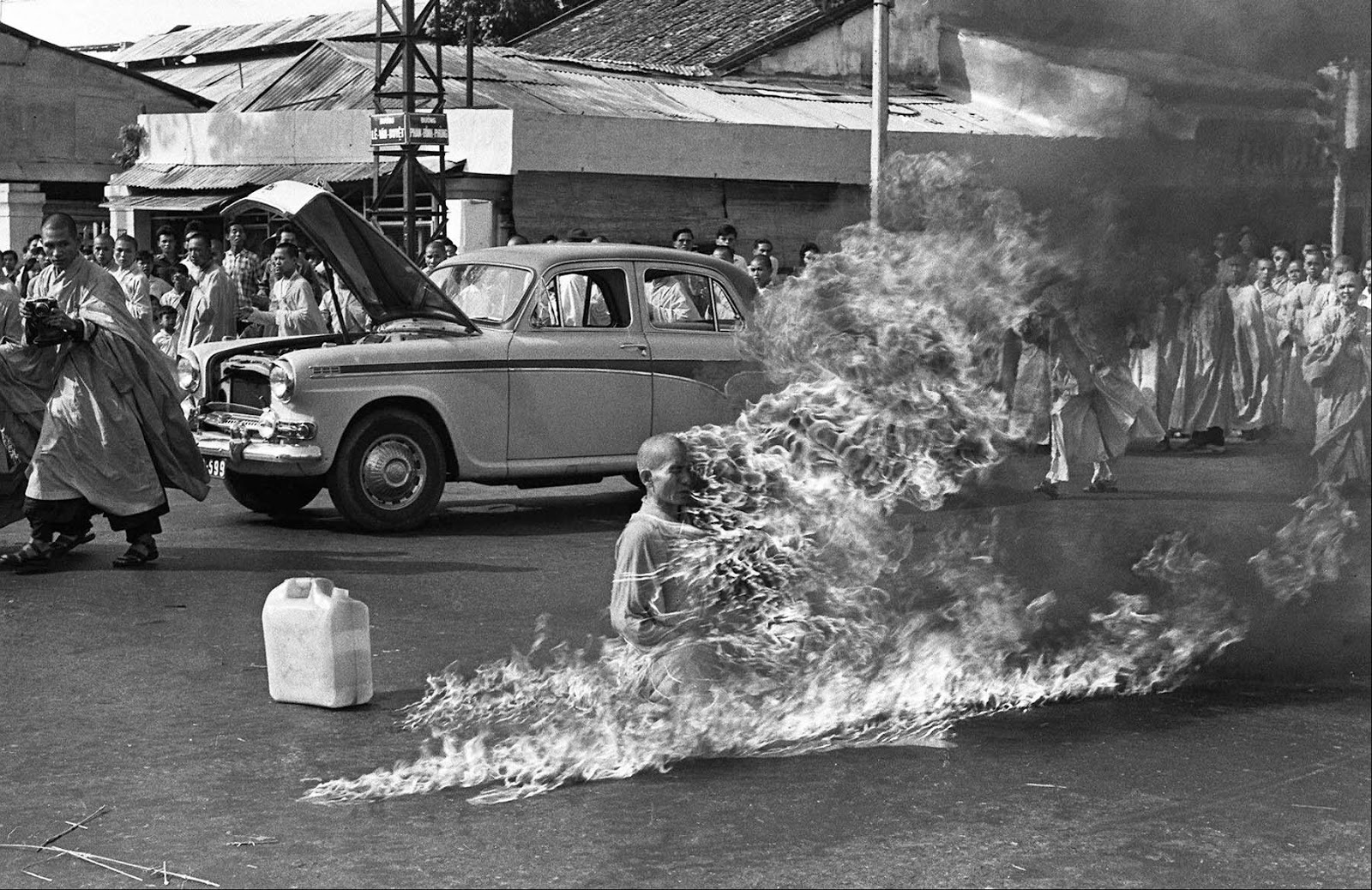 17. Самосожжение буддийского монаха, Малькольм Браун, 1963.