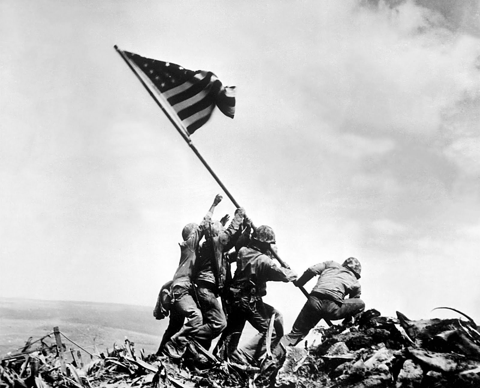 20. Водружение флага над Иводзимой, Джо Розенталь, 1945.