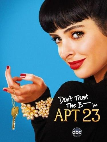 2. Обложка комедийного американского сериала «Не доверя́йте с--- из кварти́ры 23». Рука актрисы Кристен Риттер неестественно вывернута.