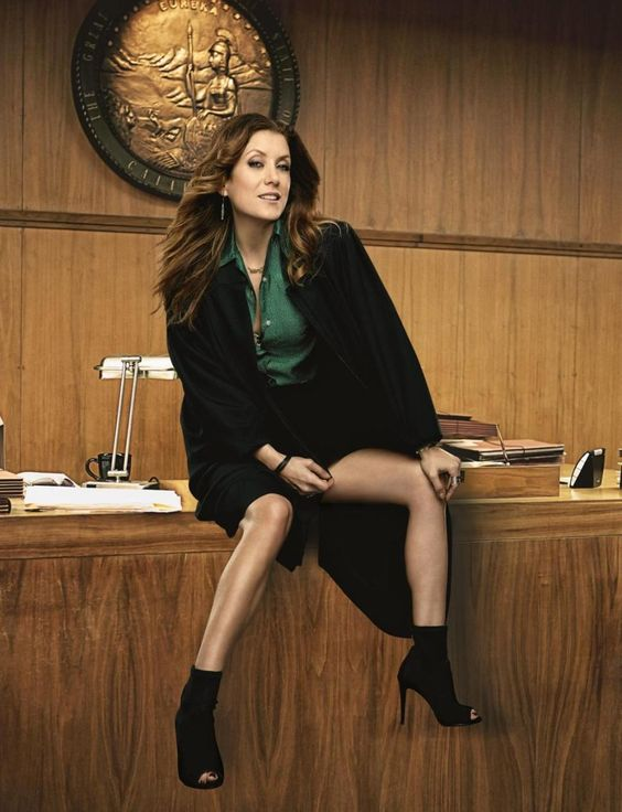 3. Один из постеров сериала Плохая судья. Не нужно проводить фототехническую экспертизу ( http://sudexpa.ru/expertises/fototekhnicheskaia-ekspertiza/), чтобы разглядеть фотомонтаж. Ноги актрисы Кейт Уолш не соответствуют ее телу. Они слишком худые и сильно затонированные.