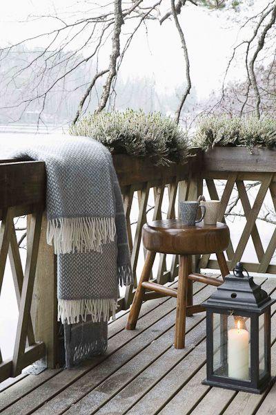 11. Можно украсить балкон в деревенском стиле. Деревянные элементы, старый фонарь, теплый плед.