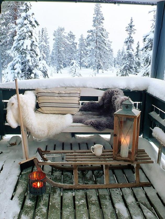 14. Сделайте свой балкон теплым и уютным. Сани, фонарь и меховые пледы придадут ему такую атмосферу.