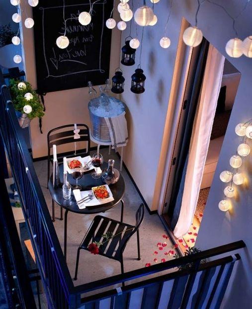 18. На теплой лоджии можно создать очень романтическую атмосферу и устроить новогодний ужин именно на балконе. Поставьте столик и создайте соответствующее освещение.