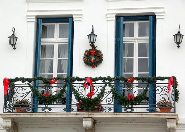 2. Открытый балкон хорошо можно украсить зеленью и венками.