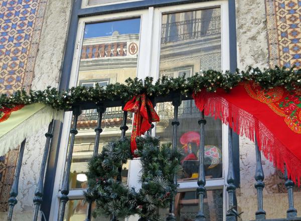 3. Традиция украшать дом венками сейчас стала популярна и в России. Но не обязательно вешать венок на дверь или стену. Можно украсить им и балкон.