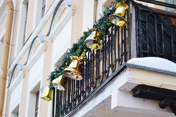4. Балкон можно также украсить колокольчиками, например, золотого цвета.