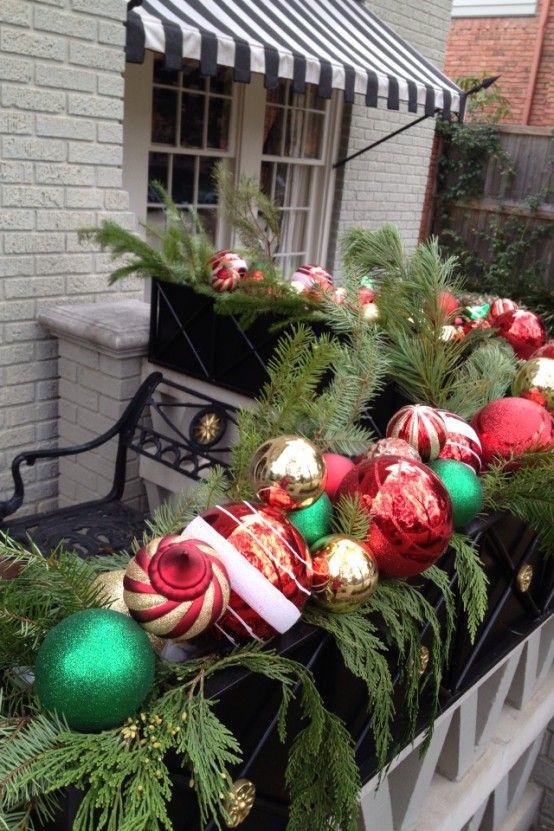 5. Елочные игрушки только для елки? Вовсе нет. Разложите на балконе еловые ветки и закрепите на них елочные шары.