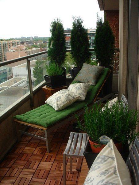 8. Зеленый – один из основных цветов Нового года. Но украсить балкон можно не только елочкой, но и любыми зелеными деревцами и растениями.