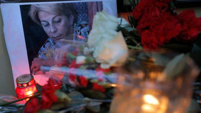 12. К зданию фонда «Справедливая помощь», который возглавляла Елизавета Глинка, несут цветы.