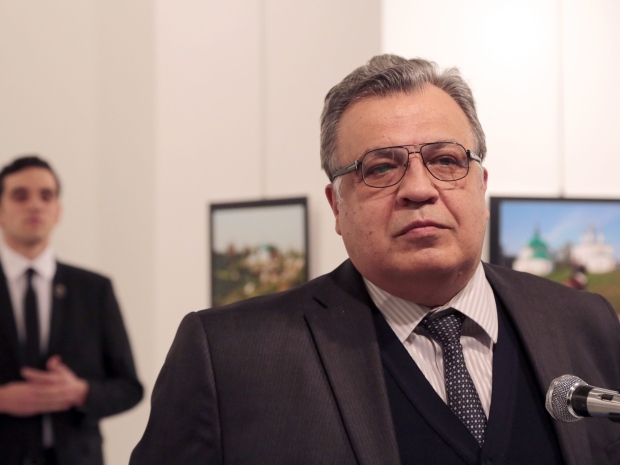 3. Вооруженный мужчина выстрелил в посла России Андрея Карлова (на фото), со спины (убийца на фото сзади).