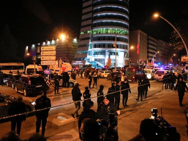 7. Ранения получили еще три человека. Сам нападавший был застрелен полицией. На фото турецкие спецслужбы окружили здание после нападения на российского посла.