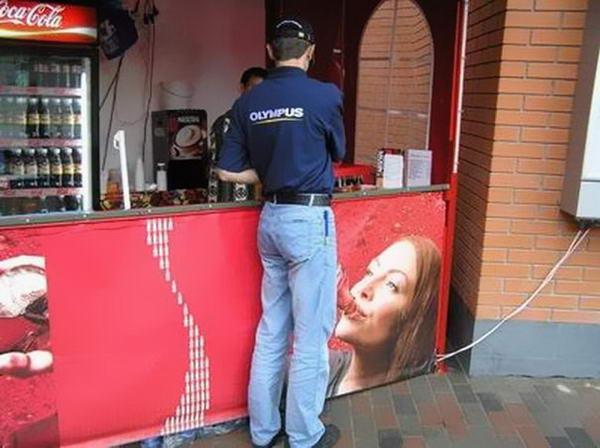 10. Ну и вовсе пошлая реклама Кока-колы. А может быть просто фотограф оказался в нужное время и в нужном месте. Доверяйте размещение своей рекламы профессионалам и будет вам счастье.