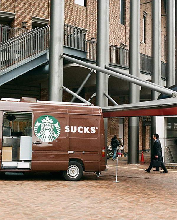 6. Реклама на автомобилях применяется уже давно. Но сколько было казусов с открывающимися дверьми автобусов. Вот и еще один, с рекламой кофе Старбакс. При открытой двери Starbucks превращается в слово Sucks, что переводится как «отстой». Вот так, открытая дверь может сделать известной компании антирекламу.