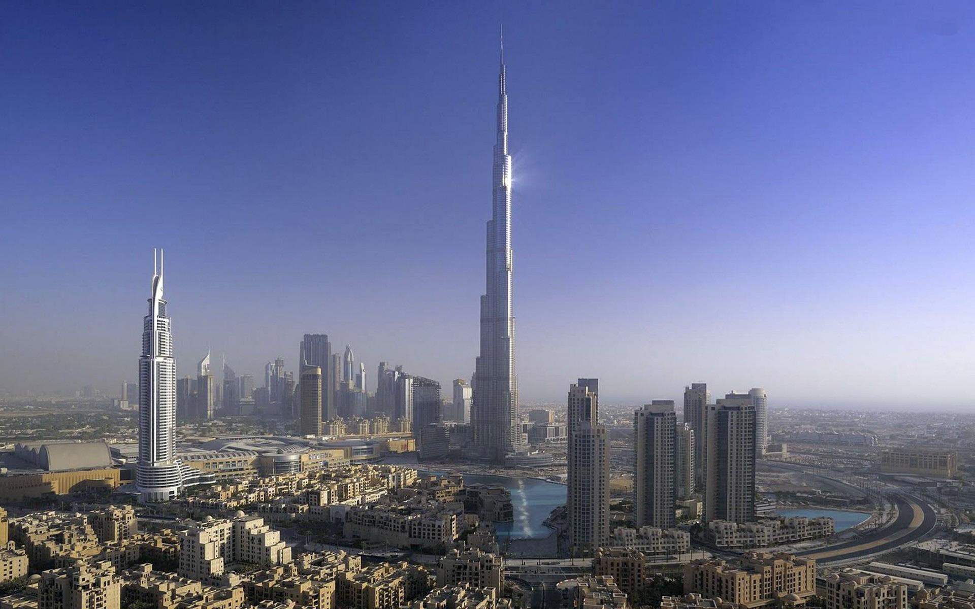 3. Самое высокое здание: Бурдж-Халифа, Дубай, ОАЭ. Бурдж-Халифа будто пронзает небо, словно копье. Внутри башни – 160 номеров отеля и еще 144 апартаментов, цена которых превышает $3500 за квадратный метр.