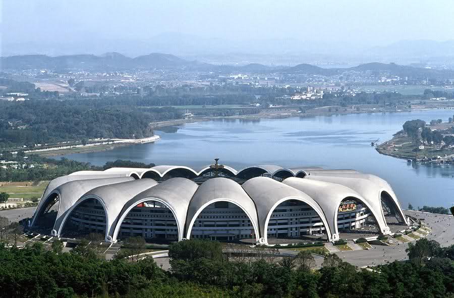 7. Стадион Первого мая – самый большой стадион в мире, построенный в Северной Корее. Олимпийские игры не будут проводится в Северной Корее в ближайшее время, но если бы они там проходили, то обязательно на этом стадион, который может вместить 150 тысяч человек.