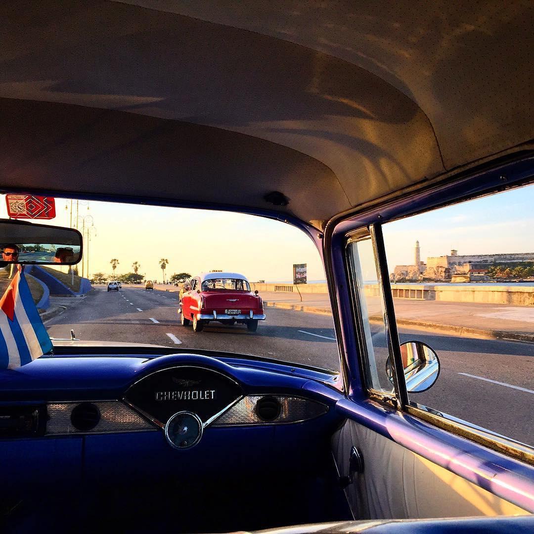 6. Фото из салона классического автомобиля, снятое на Кубе в Гаване. @iftheworldtoldastory.
