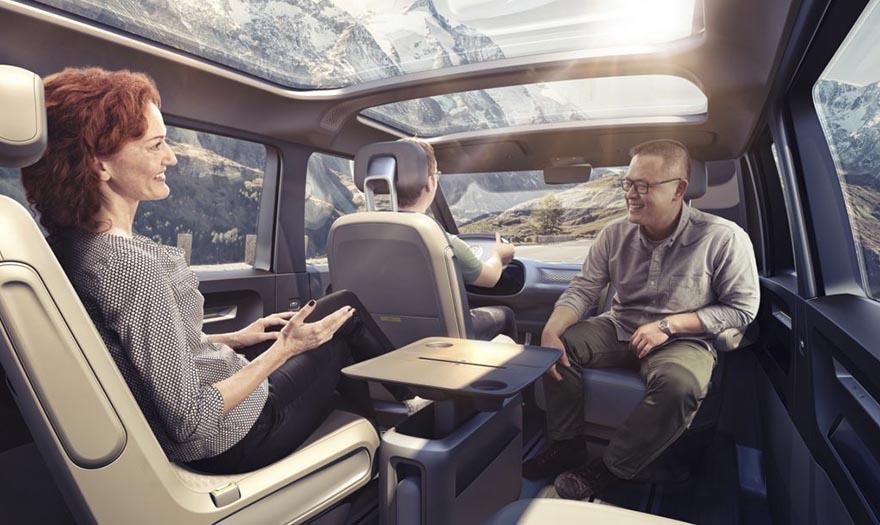 4. Просторный салон вмещает до восьми пассажиров. При необходимости передние сиденья можно развернуть, а среднее кресло второго ряда трансформировать в столик.