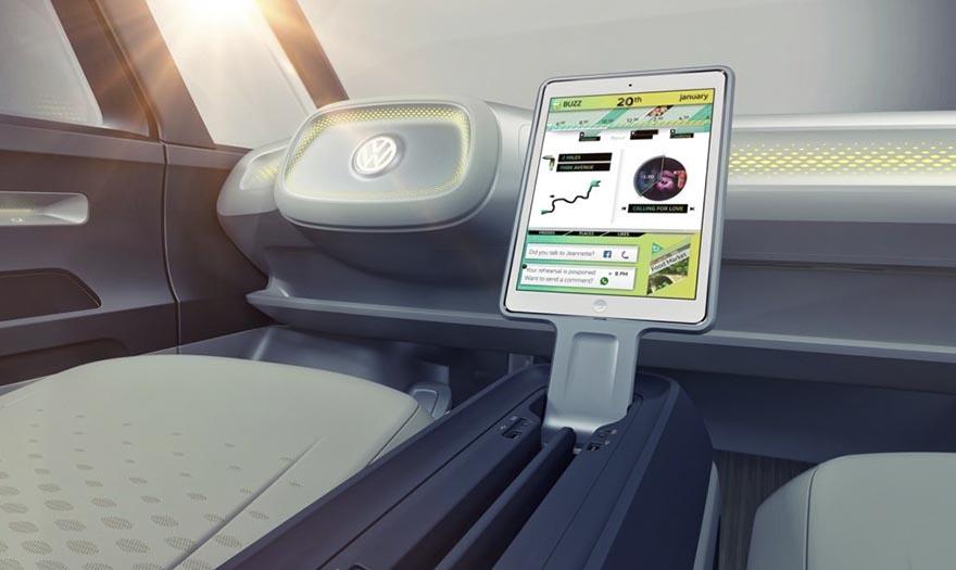 5. Также Volkswagen I.D. Buzz оснащен проекционным дисплеем дополненной реальности, а вместо приборной доски на центральной консоли установлен съемный планшет.