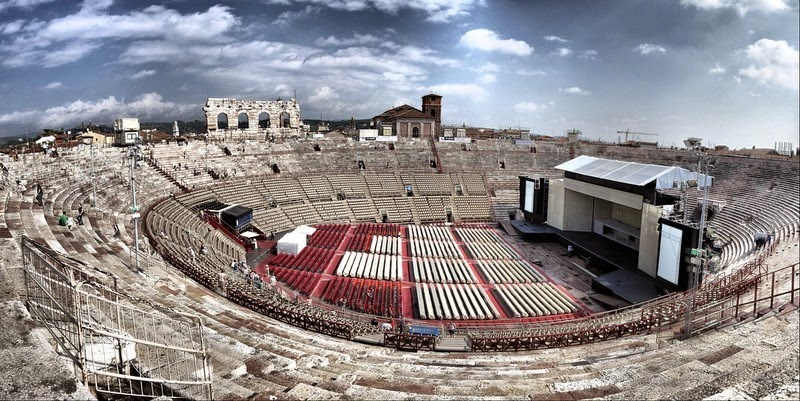 2. Построенная в первом веке, Арена-ди-Верона расположилась на площади Пьяцца Бра в Вероне, Италия. Амфитеатр является одним из наиболее хорошо сохранившихся древних сооружений подобного рода. Как и все амфитеатры, арена принимала гладиаторские бои. Сегодня хорошая акустика и уникальное расположение делают эту римскую арену идеальным местом для оперных спектаклей, которые привлекают сотни тысяч посетителей в Верону ежегодно.