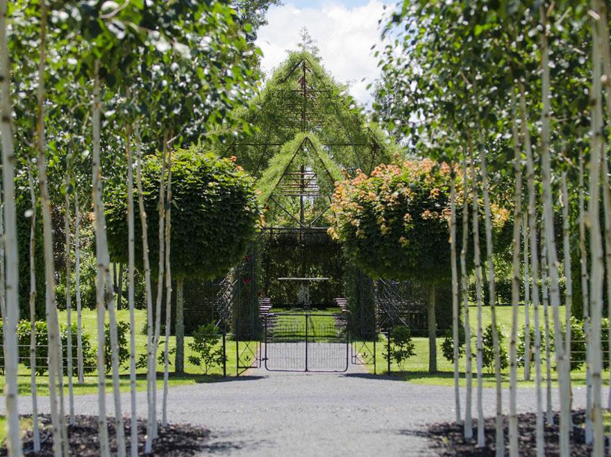 2. Церковь имеет живой забор из деревьев.