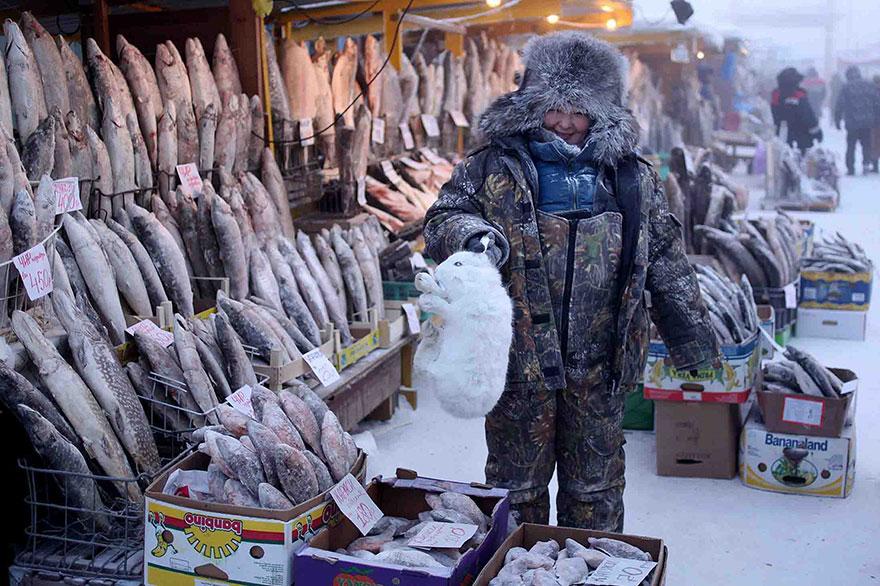 1. Центральный рынок Якутска полон мяса и рыбы, а вот сельскохозяйственные культуры тут попросту не растут.