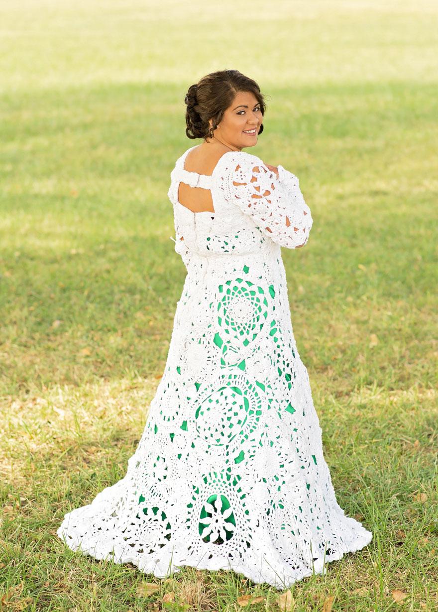 8. За месяц до свадьбы, Эбби, наконец, примерила платье. «Когда я надела его, я была поражена. Дело в том, что у нас не было даже эскизов и весь образ платья был в голове. Результат вышел потрясающий и эмоциональный».