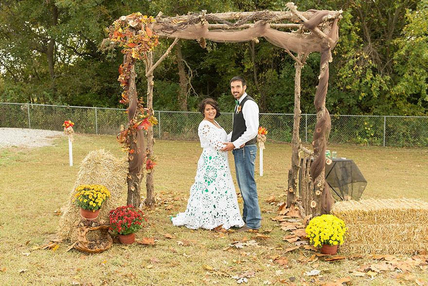 9. Муж Эбби, Джейк Бодли видел, как его невеста работает над платьем, но готовое платье увидел на невесте только в день свадьбы.