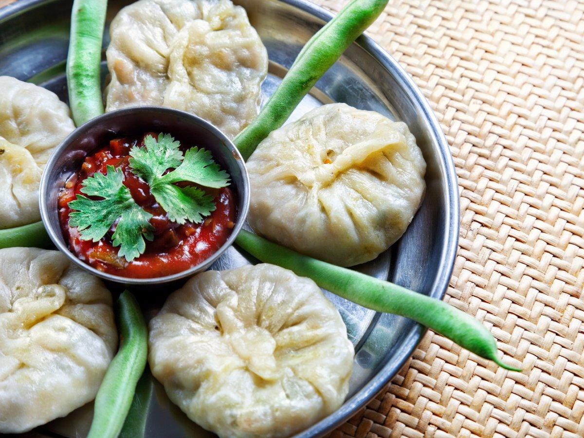 12. Непал и Тибет, момо. Момо представляют собой приготовленные на пару пельмешки начиненные фаршем или капустой, зеленым луком и шпинатом.
